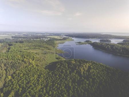 Photo pour Vue aérienne des îles verdoyantes et nuages en été matin ensoleillé. District de Masurian Lake en Pologne . - image libre de droit