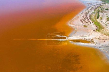 Photo pour Vue aérienne du lac rose Retba ou lac Rose au Sénégal. Photo prise par un drone d'en haut. Afrique Paysage naturel . - image libre de droit