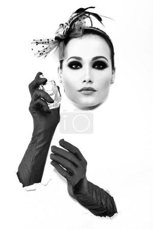 Photo pour Mode rétro portrait de jeune femme avec des gants et flacon de parfum - image libre de droit
