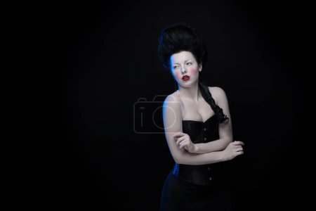 femme brune aux cheveux hauts et un corset à l'ancienne