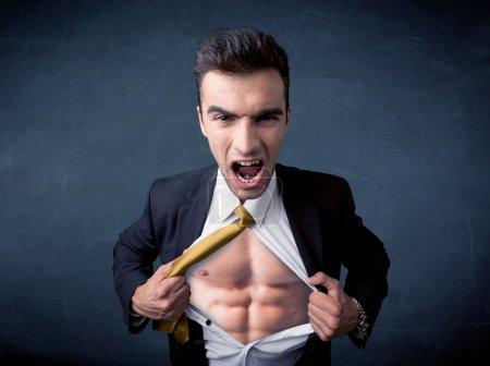Photo pour Homme d'affaires arrachant sa chemise et montrant concept de corps muculaire sur fond - image libre de droit