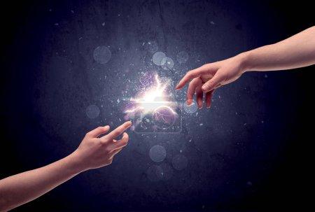 Photo pour Deux mains masculines s'approchant l'une de l'autre, se touchant presque avec les doigts, allumant l'étincelle dans le concept de fond de galaxie - image libre de droit