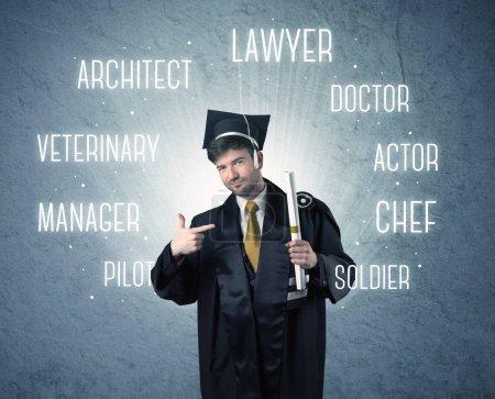 Photo pour Diplômé à la recherche de professions écrites au-dessus de sa tête - image libre de droit