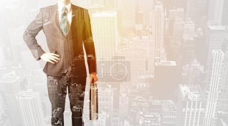 Foto de Hombre de negocios con superposición de color cálido de la textura del fondo de la ciudad - Imagen libre de derechos