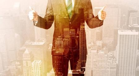 Photo pour Homme d'affaires regardant chaud superposition fond de la ville - image libre de droit