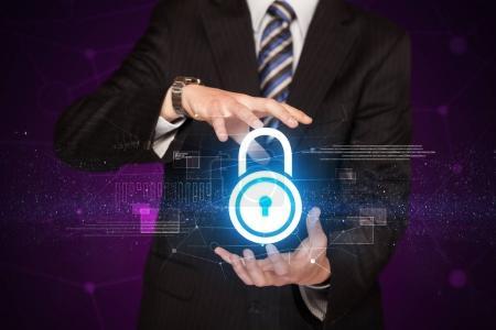 Photo pour Homme d'affaires avec concept de sécurité dans ses mains - image libre de droit