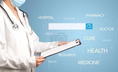 Photo pour Femme médecin tenant bloc-notes avec fond bleu et barre de recherche avec des mots médicaux planant - image libre de droit