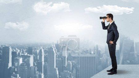 Foto de Empresario con ganas de una ciudad con prismáticos de rascacielos cóncavo - Imagen libre de derechos