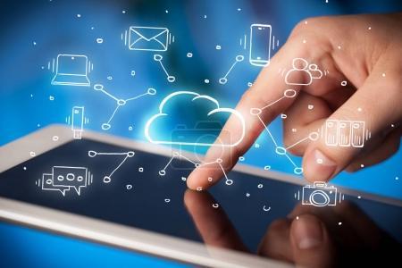 Foto de Trabajo a mano con el sistema de tecnología de nube y el símbolo de oficina cóncavo - Imagen libre de derechos