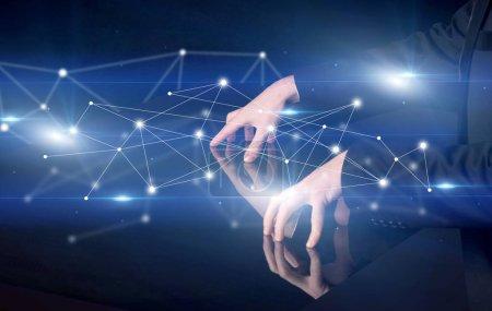 Photo pour Mains masculines touchant table interactive avec connectivité bleue graphique en arrière-plan - image libre de droit