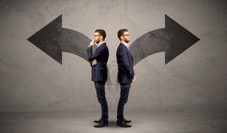 Homme d'affaires avec deux choix