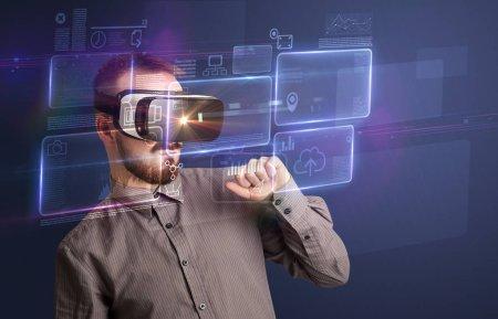 Photo pour Homme d'affaires incroyable avec des graphiques de réalité virtuelle et des données devant lui - image libre de droit