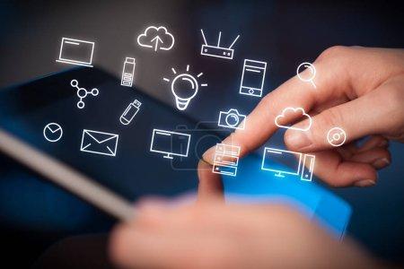 Photo pour Les mains féminines touchant tablette avec des icônes liées à la technologie blanche - image libre de droit