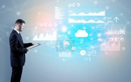 Photo pour Conseiller permanent et présentant les résultats économiques et le rapport d'une entreprise multinationale - image libre de droit