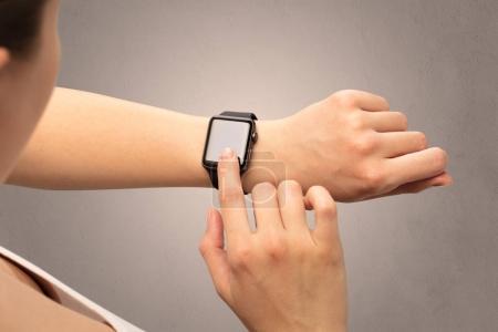 Photo pour Main féminine avec écran noir smartwatch . - image libre de droit
