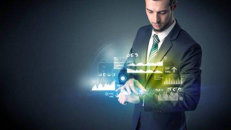 Photo pour Homme d'affaires portant smartwatch avec des graphiques et des graphiques sur elle . - image libre de droit