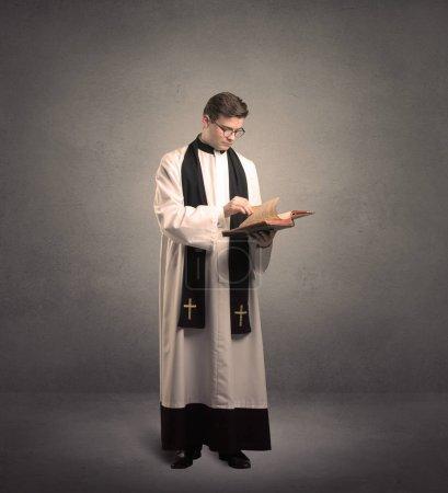 Photo pour Jeune prêtre en donnant sa bénédiction - image libre de droit