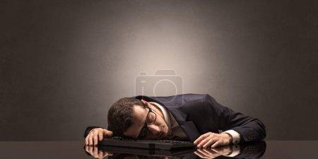 Photo pour Jeune homme d'affaires s'est endormi sur son lieu de travail avec espace de copie - image libre de droit
