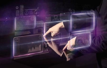 Photo pour Mains masculines touchant table interactive avec nuage violet graphique espace sur elle - image libre de droit