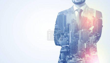Photo pour Homme d'affaires en costume pensée debout avec métropole graphique - image libre de droit
