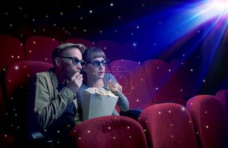 Photo pour Charmant couple regardant un film 3D avec de petites étoiles scintillantes autour - image libre de droit