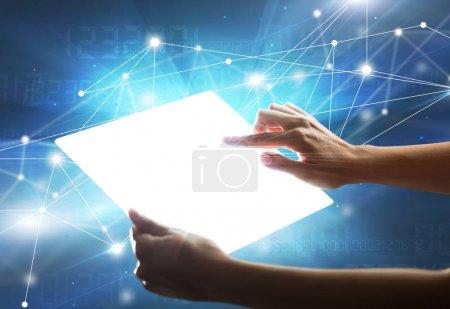 Foto de Joven mano femenina sosteniendo una tableta con números en el fondo - Imagen libre de derechos