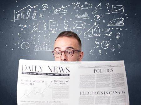 Photo pour Jeune homme d'affaires intelligent quotidien avec graphiques de plan de gestion au-dessus de sa tête de lecture - image libre de droit