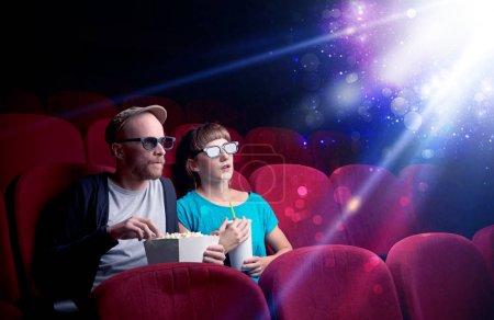 Photo pour Couple romantique câlins et en regardant la partie miraculeuse du film - image libre de droit