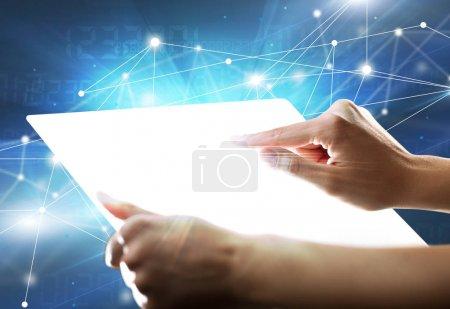 Photo pour Jeune femme tenant une tablette avec des chiffres en arrière-plan - image libre de droit