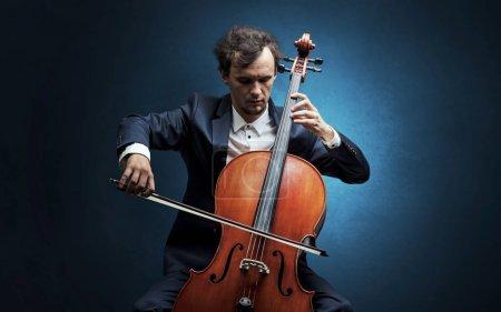 Photo pour Violoncelliste solitaire composer au violoncelle avec rien autour - image libre de droit