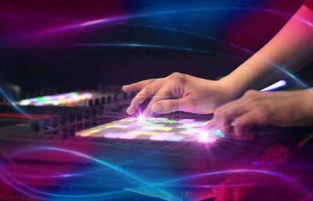 Photo pour Mélange de musique sur contrôleur midi avec concept vibe vague à la main - image libre de droit