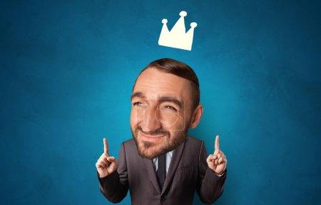 Photo pour Personne drôle avec grande tête et couronne dessinée - image libre de droit