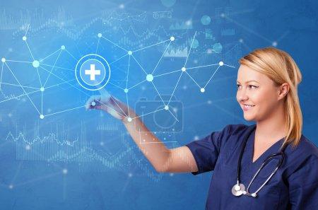 Photo pour Docteur touchant écran bleu avec concept d'hôpital virtuel - image libre de droit