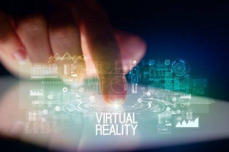 Photo pour Tablette tactile avec icônes de technologie du Web et inscription à la réalité virtuelle - image libre de droit