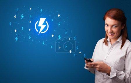 Photo pour Adolescent en utilisant le téléphone avec la notion de puissance - image libre de droit