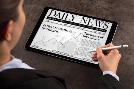 Photo pour Femme d'affaires lire des nouvelles sur tablette - image libre de droit