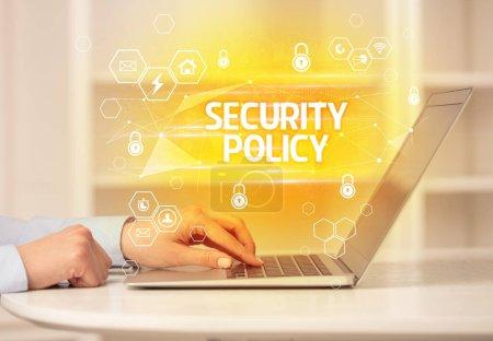 Foto de Inscripción de POLÍTICA DE SEGURIDAD en ordenador portátil, seguridad en Internet y concepto de protección de datos, cadena de bloqueo y ciberseguridad. - Imagen libre de derechos