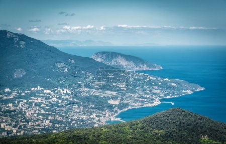 Photo pour Vue aérienne de la ville de Yalta depuis le mont Ai-Petri. Ayu-Dag, ou Bear Mountain, en arrière-plan. Paysage de la Crimée . - image libre de droit