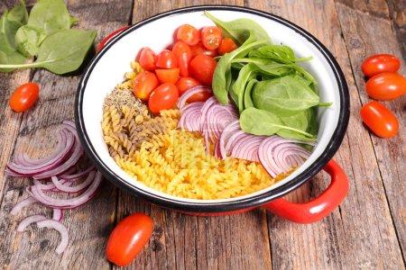 Photo pour Pâtes avec ingrédient, une casserole - image libre de droit