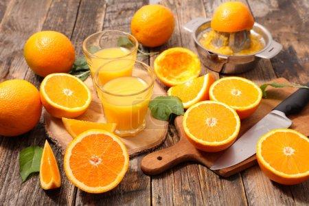 Photo pour Les oranges en tranches fraîches et jus dans des verres - image libre de droit