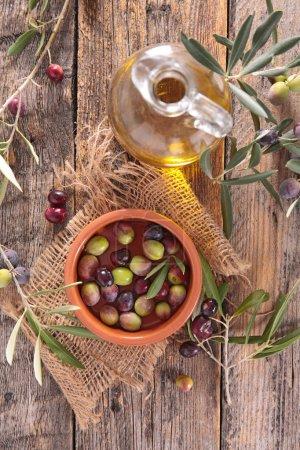 Photo pour Olives et huile d'olive, vue de dessus - image libre de droit