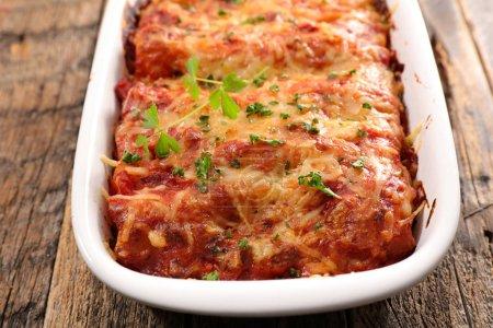 Délicieuses pâtes cuites au four avec sauce boeuf et tomate