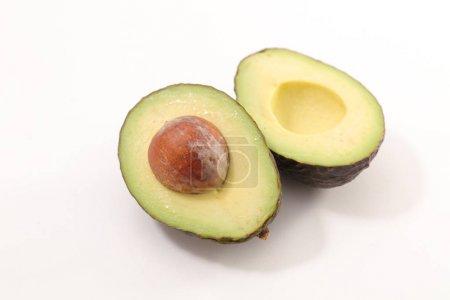 Photo pour Avocat frais coupé en deux isolé sur fond blanc - image libre de droit