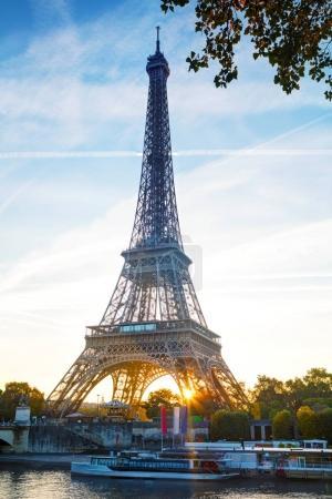 Photo pour Paysage urbain de Paris avec la célèbre tour Eiffel et la Seine sur coucher de soleil - image libre de droit