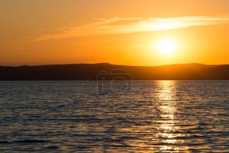 Photo pour Vue pittoresque sur le lac Balaton et le coucher de soleil spectaculaire, Hongrie - image libre de droit