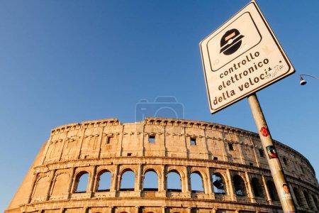 Roma, Italia - Jan 2, 2020: Control del límite de velocidad de las señales de tráfico cerca del Coliseo en RomaRoma, Italia