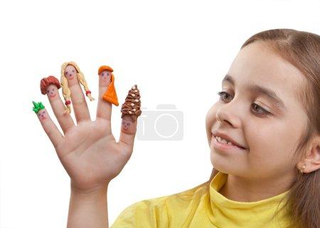 Photo pour Fille fun à la recherche d'une main avec les hommes peints sur les doigts en perruque de pâte à modeler, isolé sur fond blanc - image libre de droit