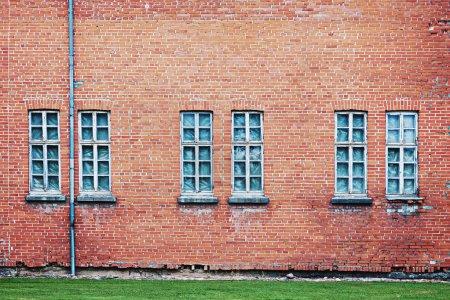 Photo pour Arrière-plan d'architecture abandonné avec vieux mur de briques altérées et groupe de fenêtres - image libre de droit