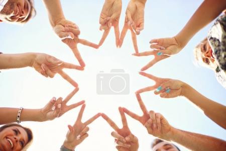 Photo pour Photo montrant entre amis s'amuser ensemble - image libre de droit