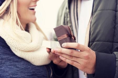 Image montrant l'heureux jeune couple rencontres dans la ville